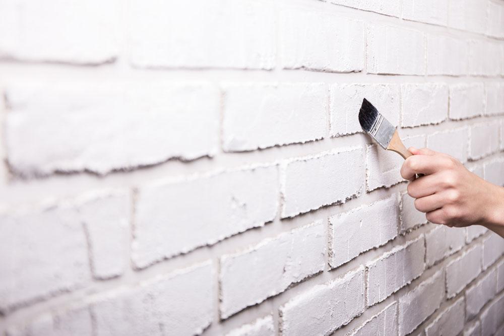 Les dangers et les inconv nients de peinturer son mur de - Peinture effet brique ...