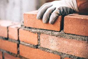 la chantepleure sur mur de briques