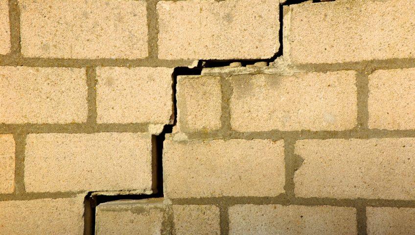 construction-labrique-reparer-reboucher-fissures-mur-briques