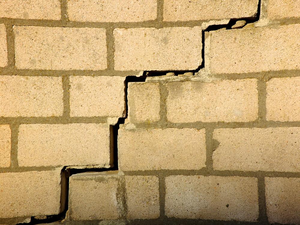 fissures dans un mur de briques faut il les reboucher ou les r parer. Black Bedroom Furniture Sets. Home Design Ideas